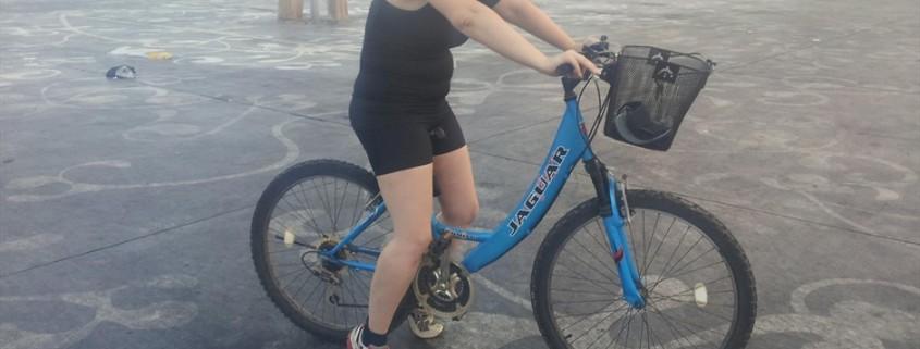רוכבת לה בכיף בנמל תל אביב